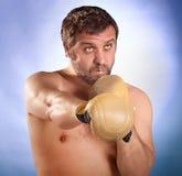 Uomo con i guanti di inscatolamento Fotografia Stock