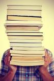 Uomo con i libri, con un effetto del filtro Fotografie Stock