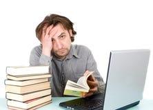 Uomo con i libri ed il computer portatile Fotografia Stock