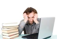 Uomo con i libri ed il sonno del computer portatile Fotografie Stock Libere da Diritti