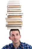 Uomo con i libri sulla sua testa Immagine Stock