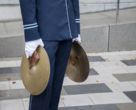 Uomo con i piatti Fotografia Stock Libera da Diritti
