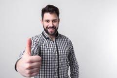 Uomo con i pollici su - isolato sopra fondo leggero Immagine Stock
