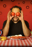 Uomo con i pomodori Fotografia Stock Libera da Diritti
