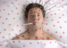 Uomo con i punti rossi sul fronte e sul corpo Fotografia Stock