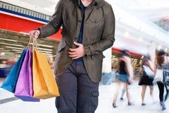 Uomo con i sacchetti di acquisto Immagine Stock Libera da Diritti