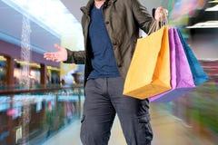Uomo con i sacchetti di acquisto Fotografia Stock Libera da Diritti