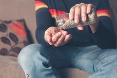 Uomo con i semi di girasole Immagine Stock Libera da Diritti