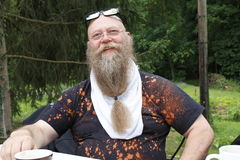 Uomo con i sorrisi lunghi della barba Immagine Stock