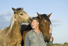 Uomo con i suoi cavalli Fotografia Stock Libera da Diritti