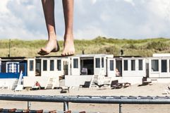 Uomo con i suoi piedi fuori dalla terra fotografie stock libere da diritti