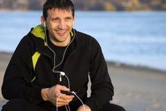 Uomo con i trasduttori auricolari Immagini Stock Libere da Diritti