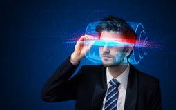 Uomo con i vetri astuti alta tecnologia futuri Immagine Stock