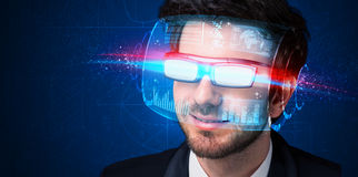 Uomo con i vetri astuti alta tecnologia futuri Fotografia Stock