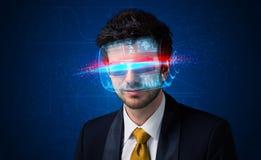 Uomo con i vetri astuti alta tecnologia futuri Fotografie Stock