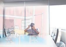 uomo con i vetri 3D che guardano le linee di nuova sala riunioni nella sala riunioni Immagine Stock