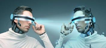 Uomo con i vetri 3d ed i sensori futuristici Immagini Stock