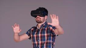 Uomo con i vetri di realtà virtuale che gesturing emozionante e che sorride Immagine Stock Libera da Diritti