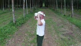 Uomo con i vetri di VR nella foresta stock footage