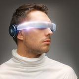 Uomo con i vetri futuristici Fotografie Stock