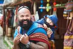 Uomo con il bambino nel mercato del Perù Immagini Stock