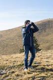 Uomo con il binocolo Fotografia Stock