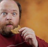 Uomo con il biscotto Fotografia Stock Libera da Diritti