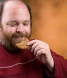 Uomo con il biscotto Fotografie Stock Libere da Diritti