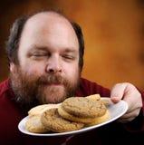 Uomo con il biscotto Fotografie Stock