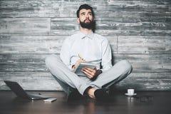 Uomo con il blocchetto per appunti Fotografia Stock Libera da Diritti