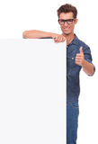 Uomo con il bordo & il pollice su Immagine Stock