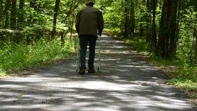Uomo con il camminatore stock footage