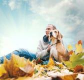 Uomo con il cane da lepre sul paesaggio di vista di autunno Immagini Stock Libere da Diritti