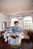 Uomo con il canestro di lavanderia Fotografia Stock Libera da Diritti