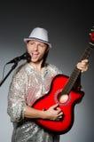 Uomo con il canto della chitarra Fotografia Stock Libera da Diritti