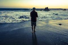 uomo con il cappello dall'oceano Fotografie Stock Libere da Diritti