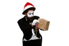 Uomo con il cappello di natale e un regalo in loro mani Fotografie Stock Libere da Diritti
