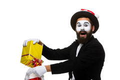 Uomo con il cappello di natale e un regalo in loro mani Immagine Stock