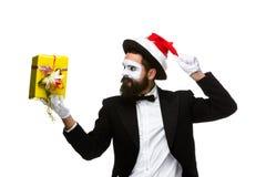 Uomo con il cappello di natale e un regalo in loro mani Immagini Stock Libere da Diritti