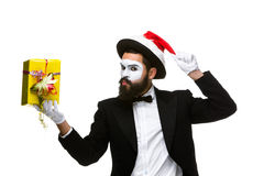 Uomo con il cappello di natale e un regalo in loro mani Fotografia Stock Libera da Diritti