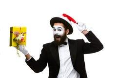 Uomo con il cappello di natale e un regalo in loro mani Immagini Stock