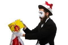 Uomo con il cappello di natale e un regalo in loro mani Immagine Stock Libera da Diritti