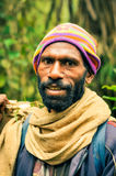Uomo con il cappuccio colourful Immagine Stock