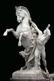 Uomo con il cavallo - bella scultura su fondo nero Fotografia Stock Libera da Diritti