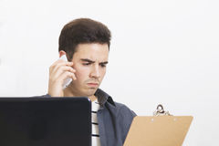 Uomo con il cellulare del telefono Immagini Stock
