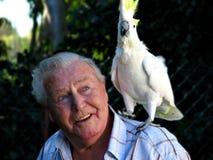 Uomo con il cockatoo dell'animale domestico Fotografie Stock Libere da Diritti