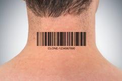 Uomo con il codice a barre sul suo collo - concetto genetico del clone fotografia stock
