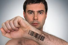 Uomo con il codice a barre sul suo concetto genetico a mano del clone fotografia stock