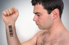Uomo con il codice a barre sul suo concetto genetico a mano del clone fotografia stock libera da diritti