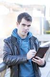 Uomo con il computer della compressa che esamina il camara. Immagine Stock